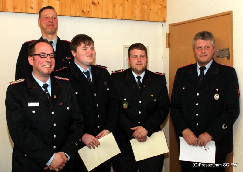 Bild v.l.n.r.: Stv. Gemeindebrandmeister Jörg Wunnenberg, Bastian Bode, Marcel Heuer, Rico Kahle und Ortsbrandmeister Heinz-Helmut Steege.