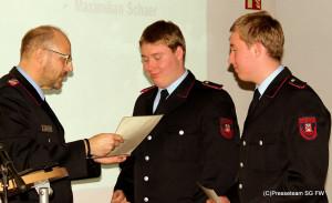 Joachim Muth befördert Maximilian und Michael Schaer