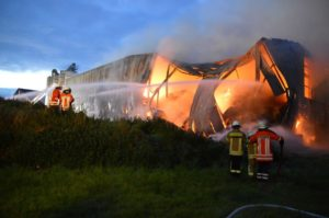Brennende Lagerhalle Wiehagen2